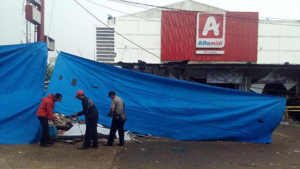 Polisi Tutup Lokasi Ledakan PHD Bekasi dengan Terpal, Suasana Hujan Rintik