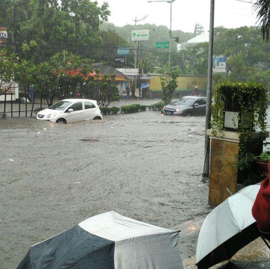 Jalan Pasteur tak Bisa Dilalui Karena Banjir, Arus Lalu Lintas Dialihkan
