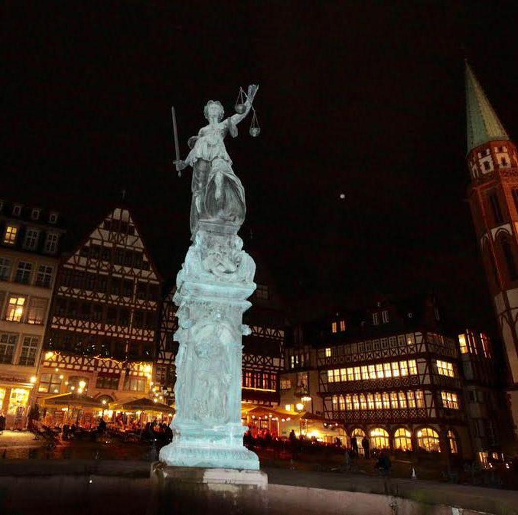 Beda dengan Indonesia, Patung Dewi Keadilan di Jerman Matanya Terbuka