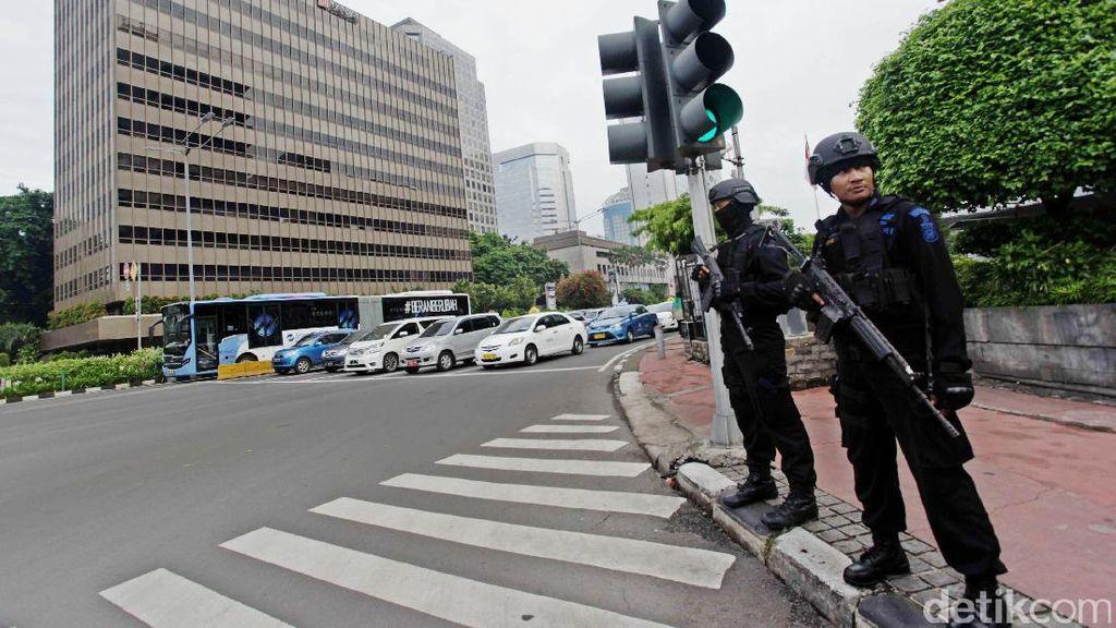 Brimob Bersenjata Lengkap Berjaga di Depan Sarinah