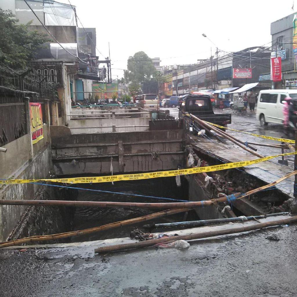 Grand Livina yang Sempat Nyungsep di Pagarsih Bandung Hanyut Terseret Banjir