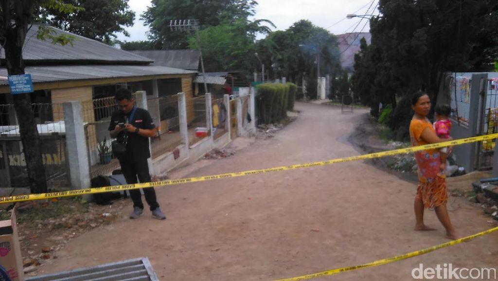 Puing Ledakan PHD Bekasi Masih Tutup Akses Jalan ke Perumahan Oma Regency