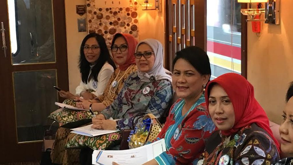 Iriana Jokowi dan Istri Menteri Kabinet Kerja Gelar Rapat di Dalam Kereta