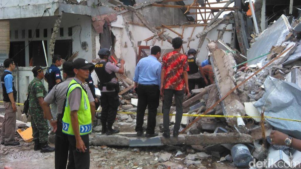 Polisi dan Tim Teknisi Cek Tabung Gas di Lokasi Ledakan PHD Bekasi