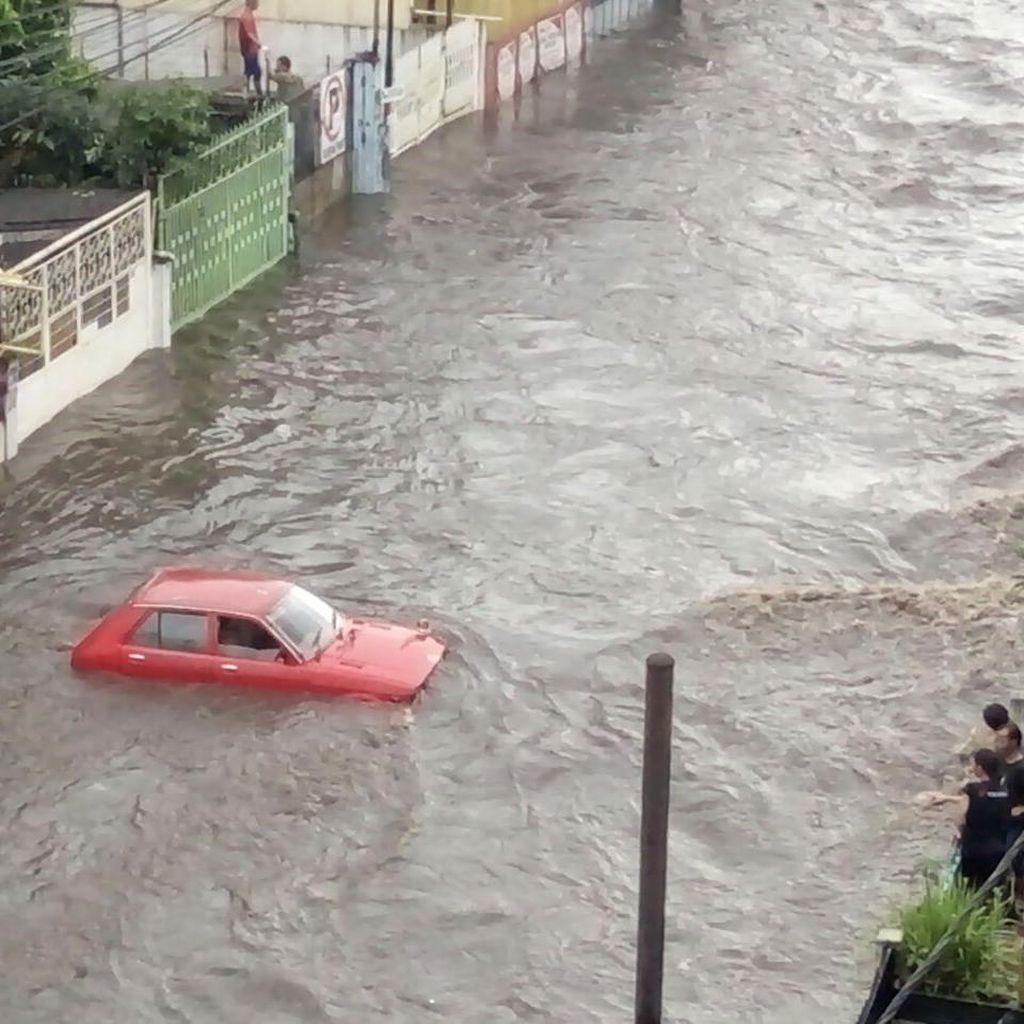 Tim Gabungan Fokus Cari Mobil dan Motor yang Hanyut Akibat Banjir di Bandung