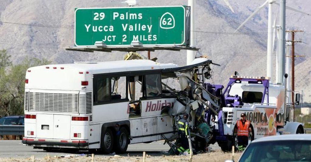 Bus Kecepatan Tinggi Tabrak Truk Trailer di California, 13 Orang Tewas