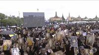 Warga Thailand berkumpul di luar Bangkok Grand Palace