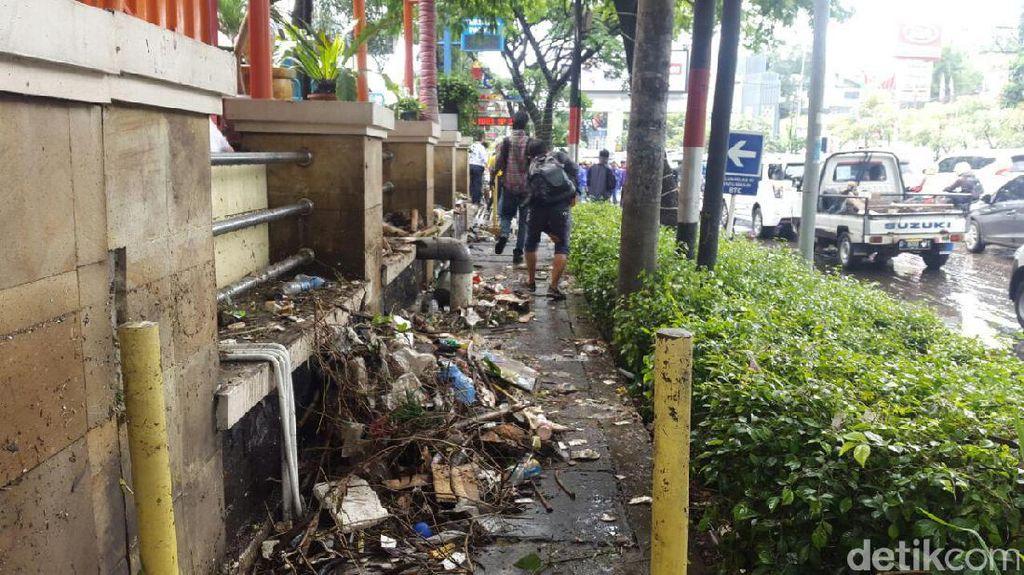 Bandung Banjir, ini Penampakan Sampah dan Lumpur yang Berserakan di Pasteur