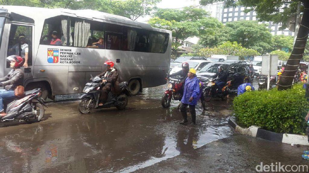 Banjir di Pasteur Surut, Lalu Lintas Macet karena Genangan dan Endapan Lumpur