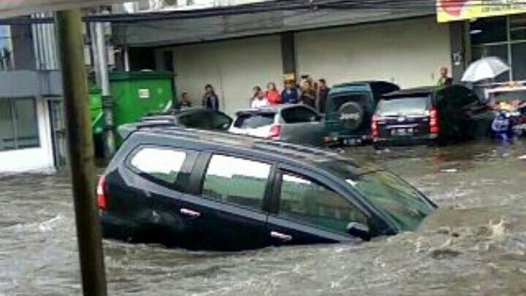 Bandung Banjir, Sebuah Mobil Nyungsep ke Selokan di Jalan Pagarsih