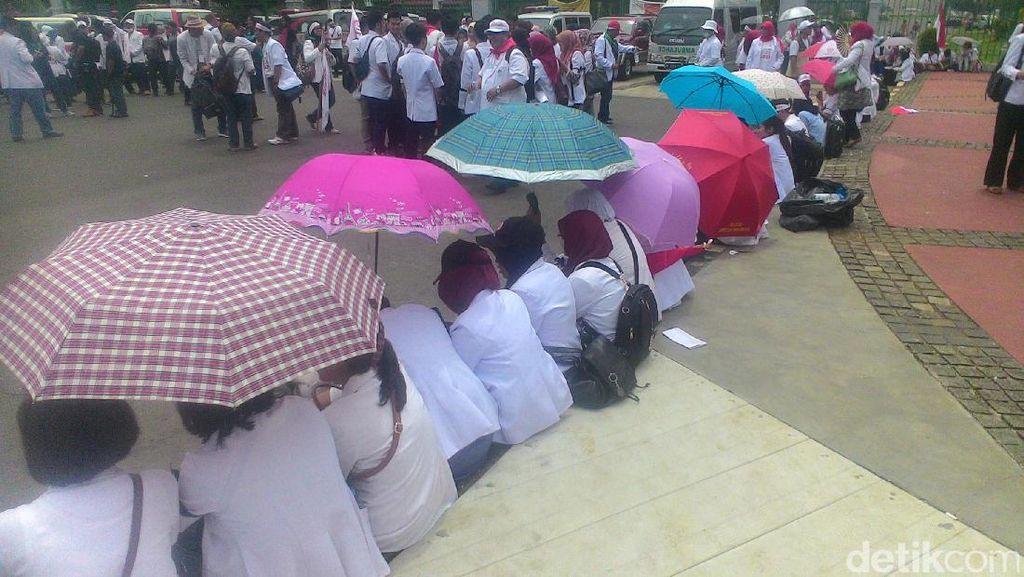 Berpayung dan Kaca Mata Hitam, Massa Dokter Demo di Depan Istana