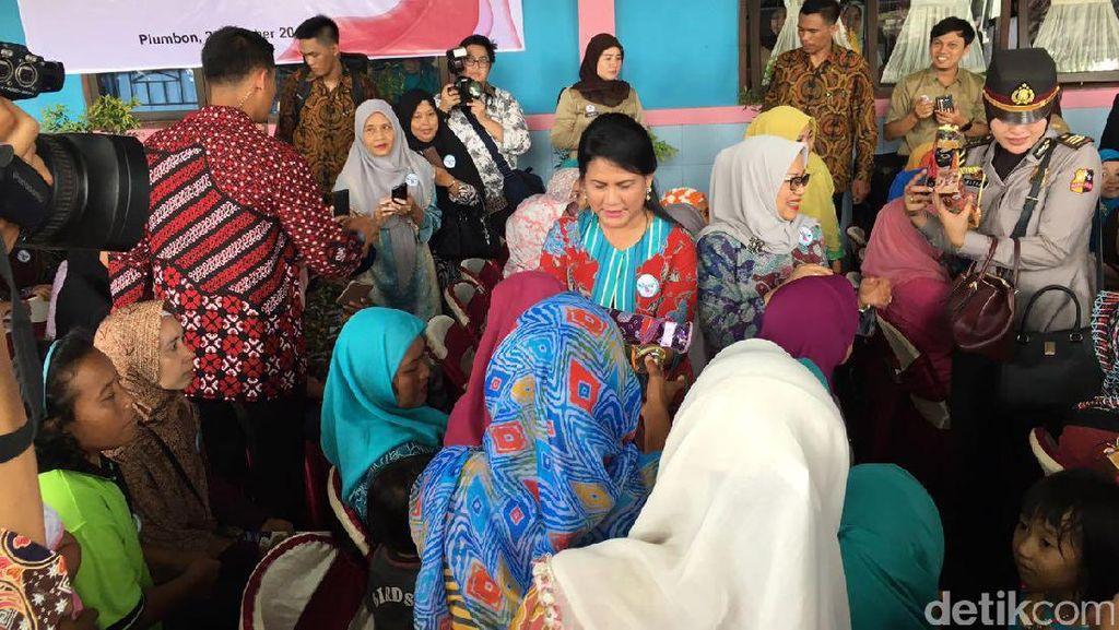Ke Cirebon, Iriana Beli Batik Motif Rusa untuk Jokowi