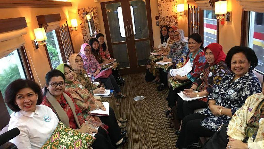 Ke Cirebon, Iriana Jokowi dan Istri Menteri Tinjau Puskesmas dan Sentra Batik