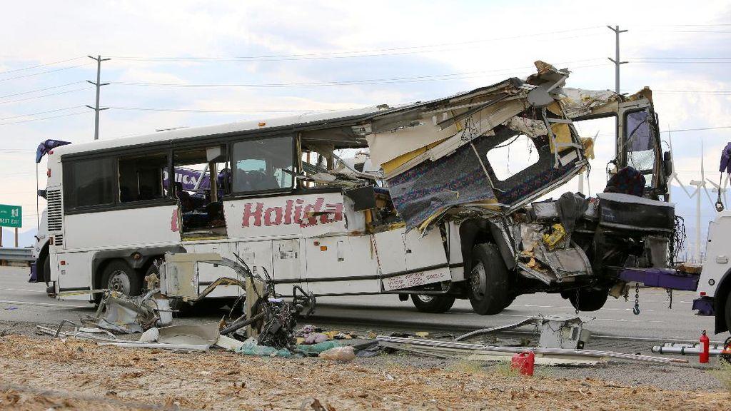 Bus Tabrak Truk di California, 13 Orang Tewas
