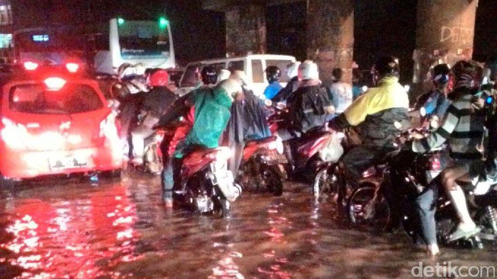 Jl Caman Kalimalang Banjir, Lalu Lintas Macet Parah
