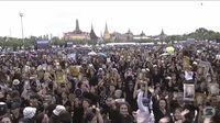 Warga Thailand Berkumpul buat menyanyikan lagu kerajaan di depan Bangkok Grand Palace