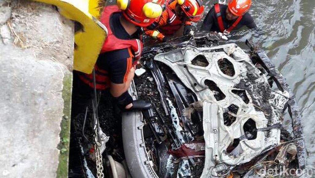Masih Dievakuasi, Badan Mobil Livina yang Hanyut di Bandung Terbelah Dua