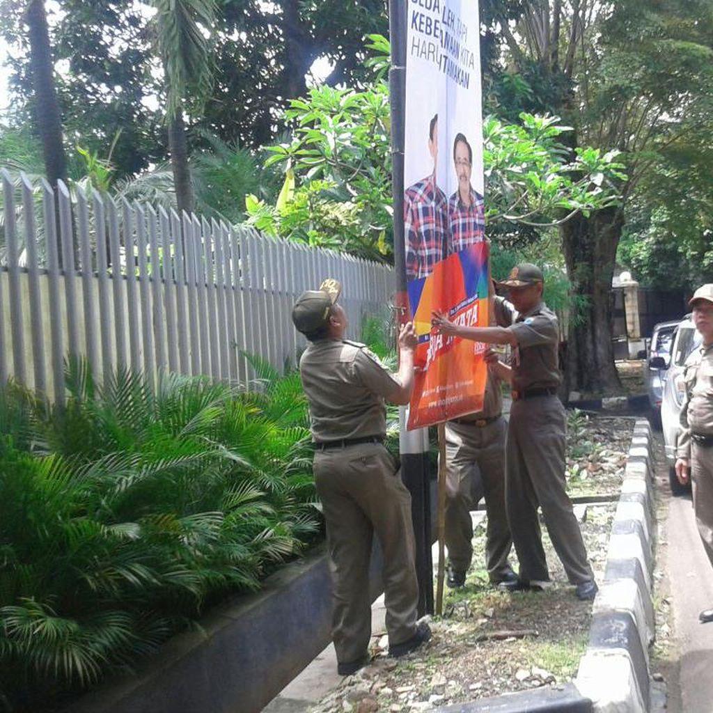 Satpol PP DKI Copot Poster Ahok-Djarot di Dekat Markas Relawan Pendukung