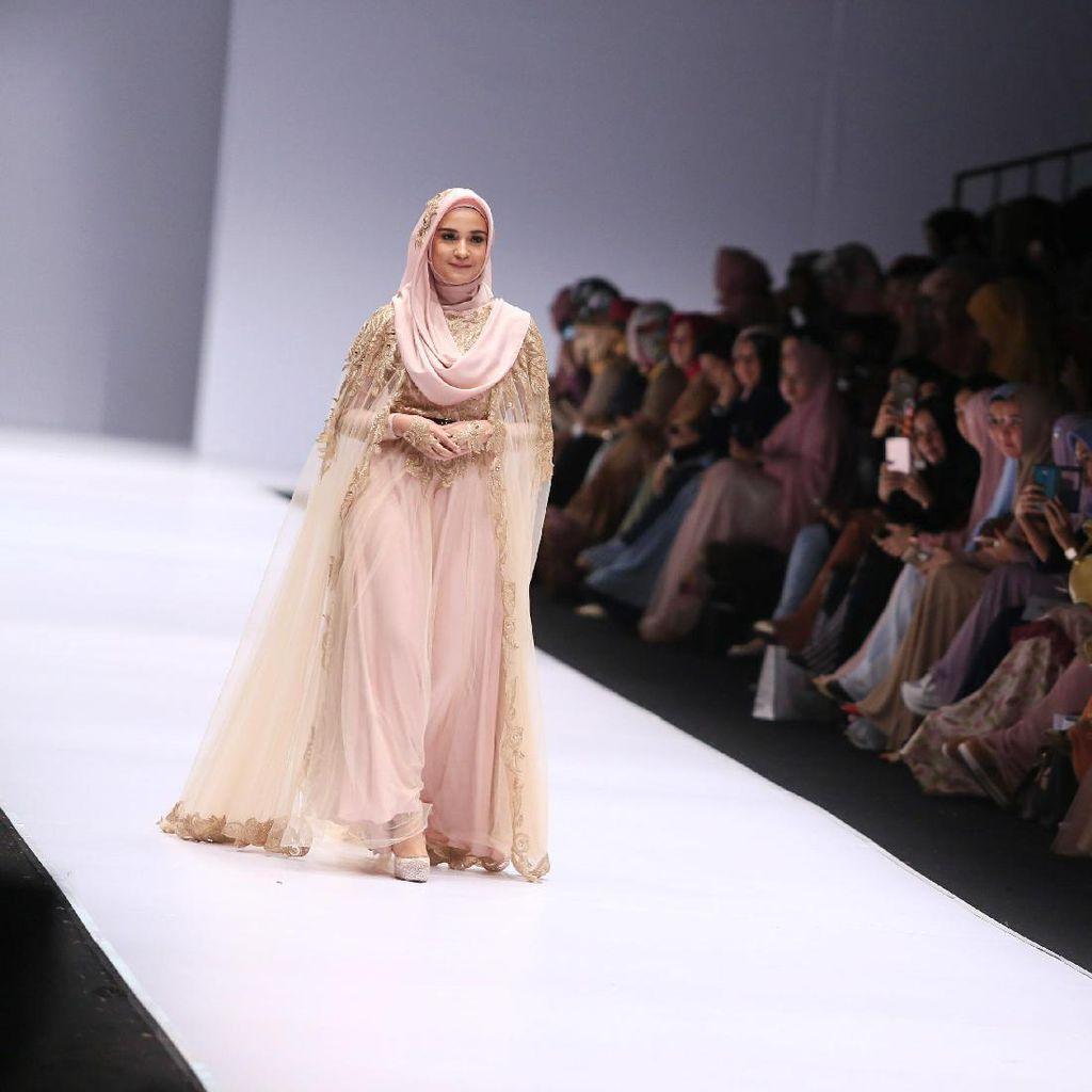 Lenggak-lenggok Risty Tangor hingga Shireen Sungkar di JFW 2016