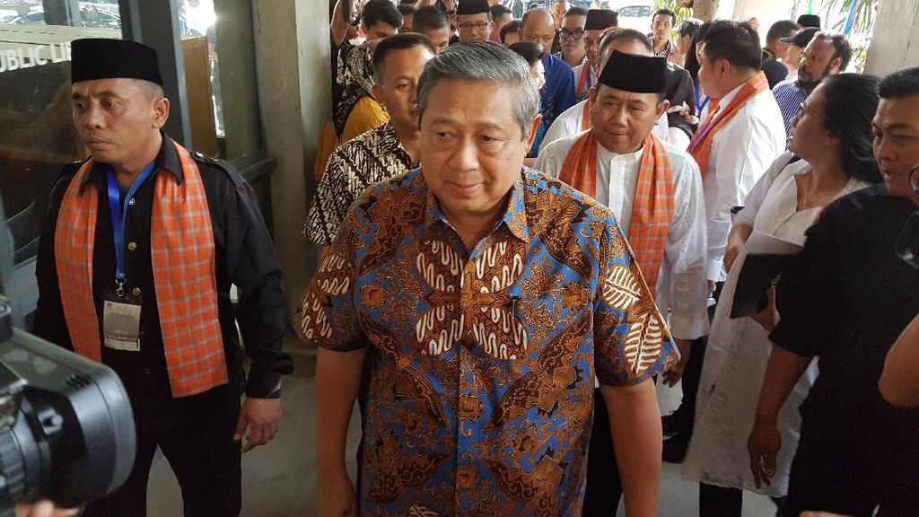 Didampingi SBY dan Ani Yudhoyono, Agus-Sylvi Tiba di Wisma Proklamasi