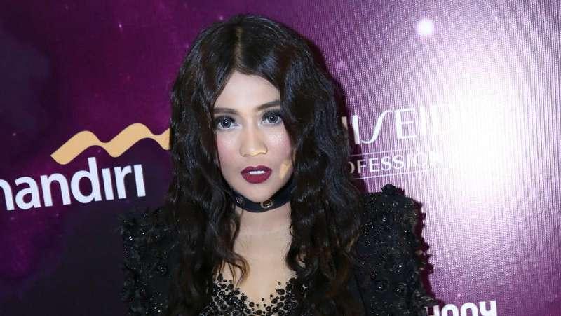 Penampilan Gothic Indah Dewi Pertiwi Berambut Keriting, Yay or Nay?