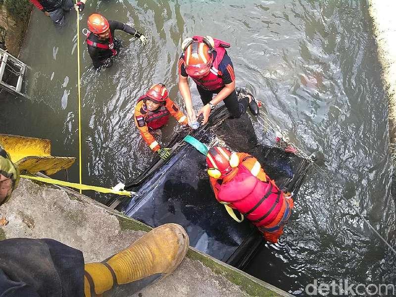 Penampakan Grand Livina yang Hanyut Terseret Banjir sejauh 1 Km
