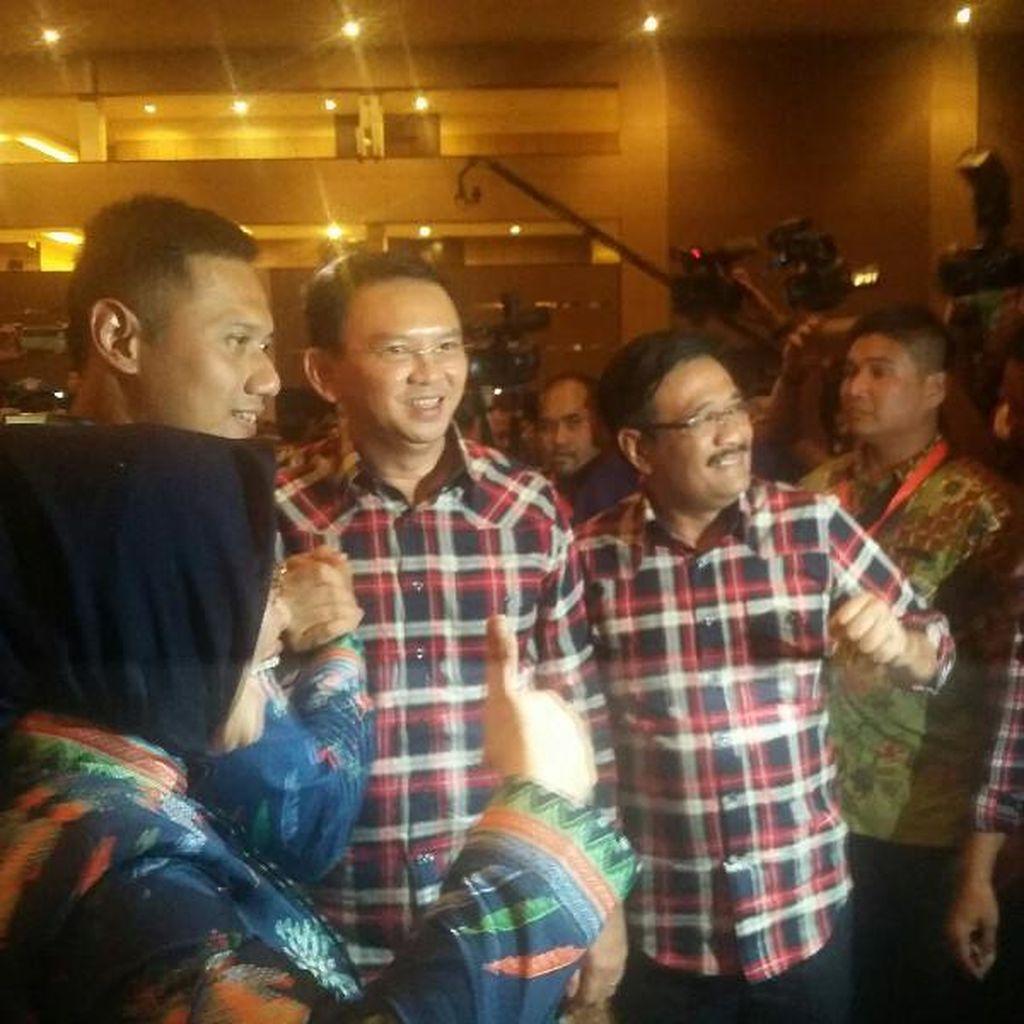 Senyum Agus Yudhoyono dan Ahok Saat Bersalaman di Pengundian Nomor Urut
