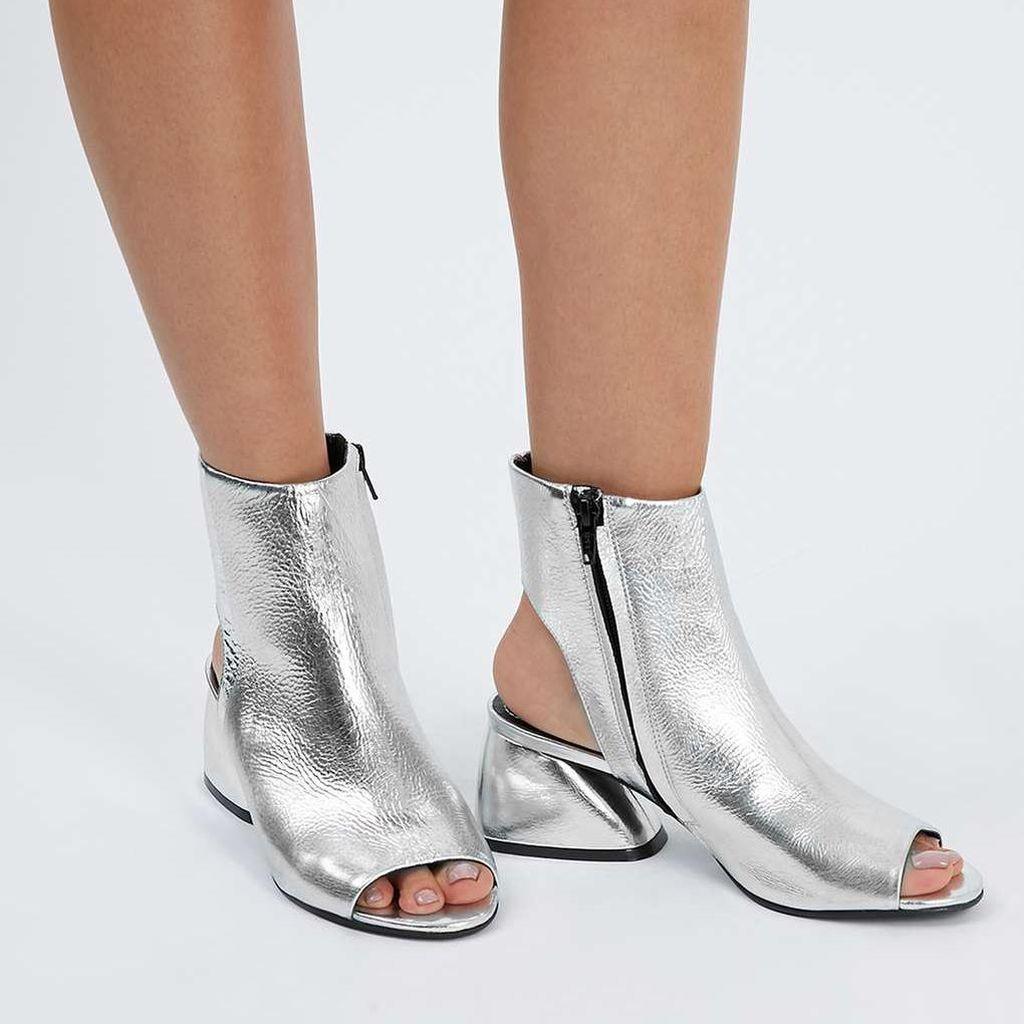 Editors Choice: Opsi 5 Ankle Boots Silver yang Diramalkan Akan Tren