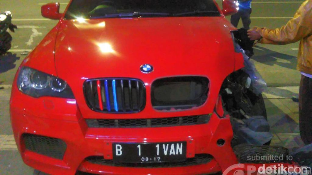 Sebelum Tabrak Tukang Parkir, Mobil BMW Terlihat Melaju dengan Oleng