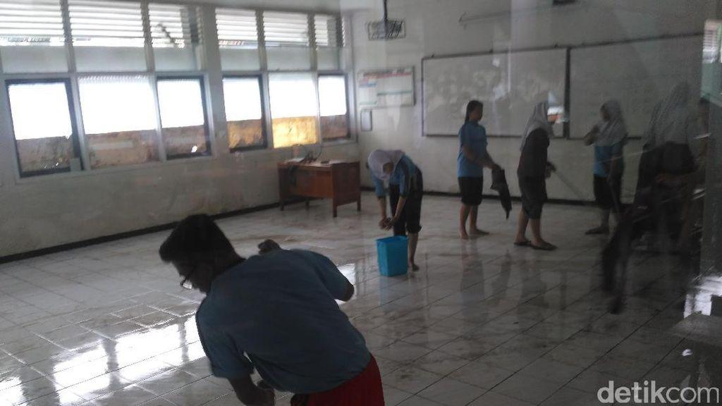 KBM Terhenti, Murid SMAN 9 Bandung Gotong Royong Bersihkan Sisa Banjir