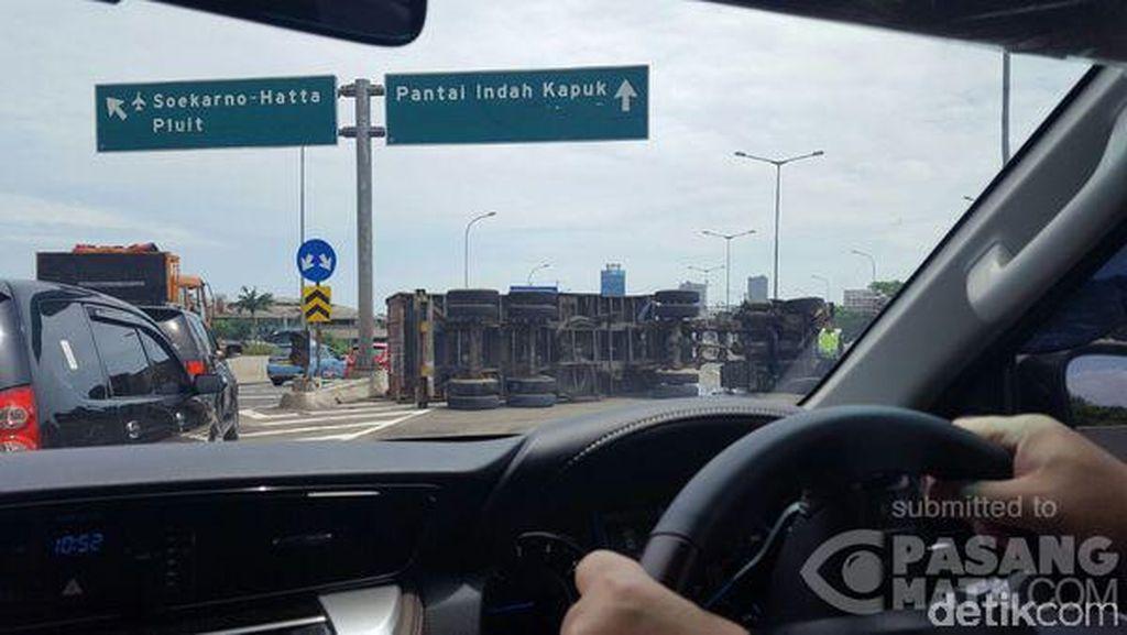 Truk Kontainer Terbalik di Tol Kembangan Barat Arah Bandara Soetta