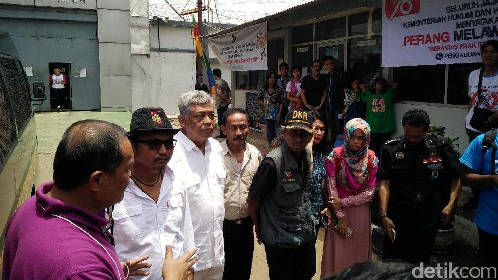 Keluarga dan Kerabat Jenguk Eks Menkes Siti Fadilah di Rutan Pondok Bambu