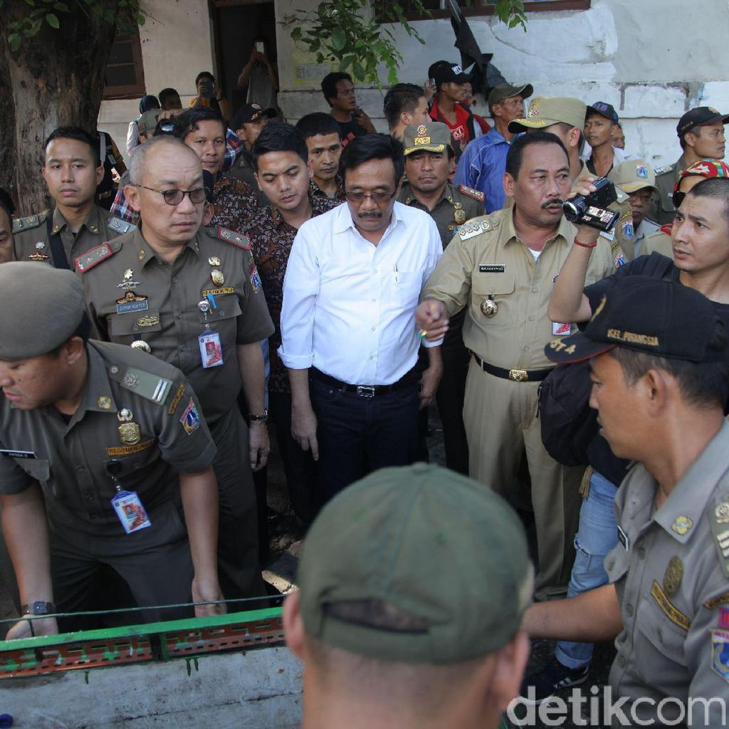 Wagub DKI Djarot Dihujani Batu dan Beling Saat Tertibkan PKL di Stasiun Kota