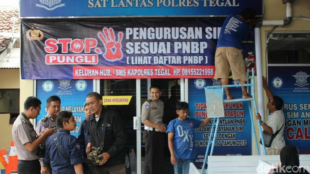Polres di Jateng Pasang Spanduk Anti Pungli yang Cantumkan Nomor Kapolres