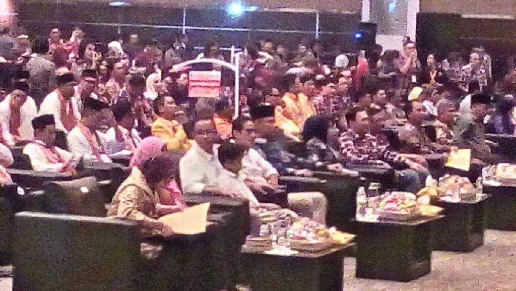 Tunggu Pengundian Nomor Urut Pilgub DKI 2017, Anies Pangku Anaknya