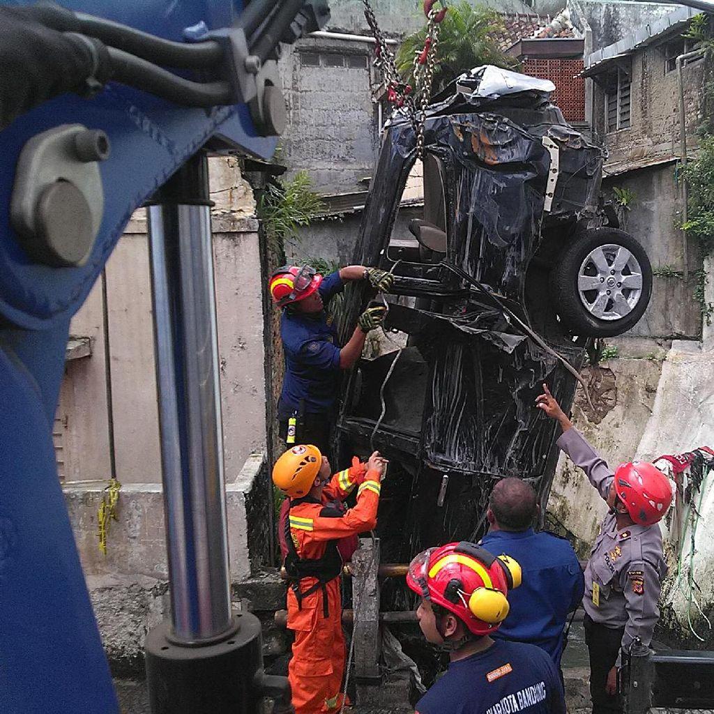 Setelah 6 Jam, Bangkai Mobil Livina yang Hanyut Akhirnya Berhasil Dievakuasi