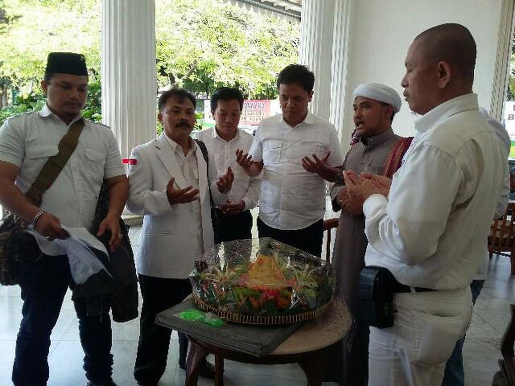 Habiburokhman Cs Bawa Tumpeng ke Balai Kota: Semoga Ahok Cuti Selamanya