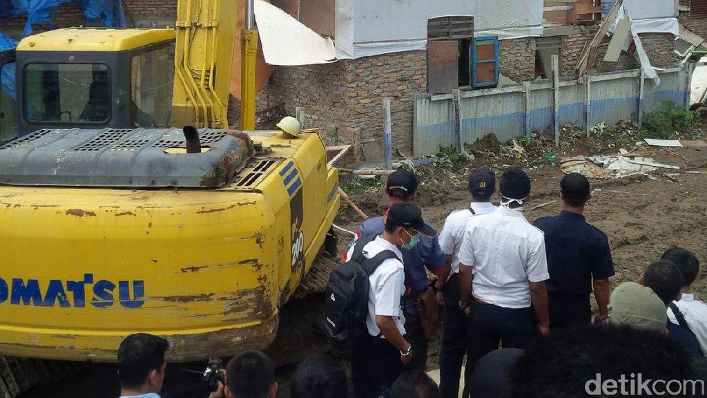 Penertiban Rumah Pinggir Rel KA di Medan Ricuh, Warga Melawan Lempar Batu