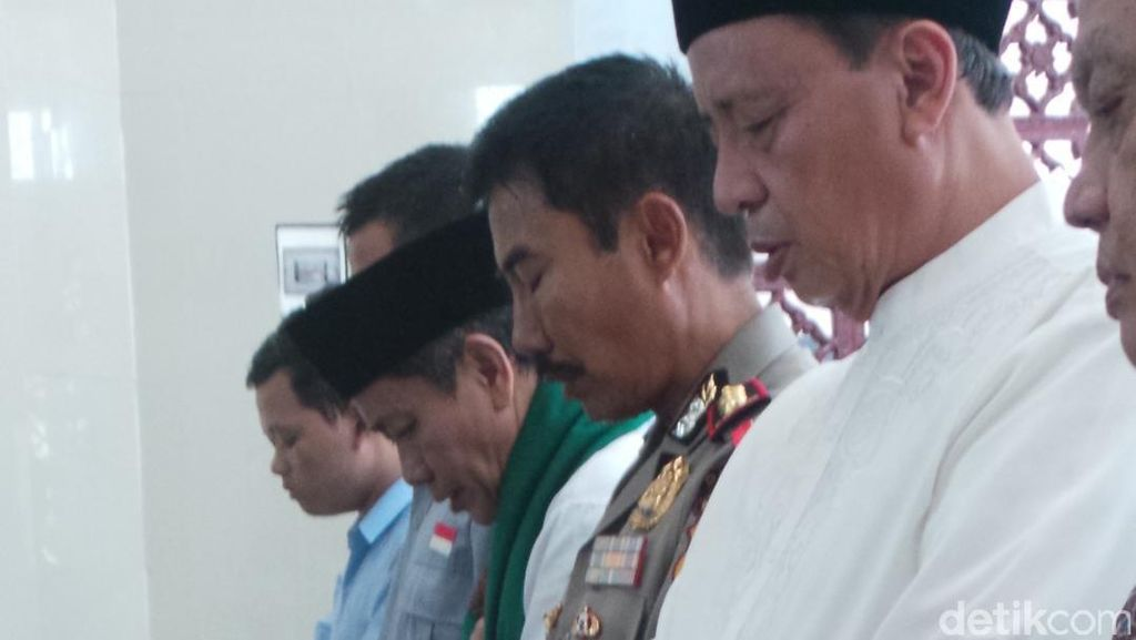 Saat Wahidin Halim dan Embay Mulya Saling Tunjuk Jadi Imam Salat