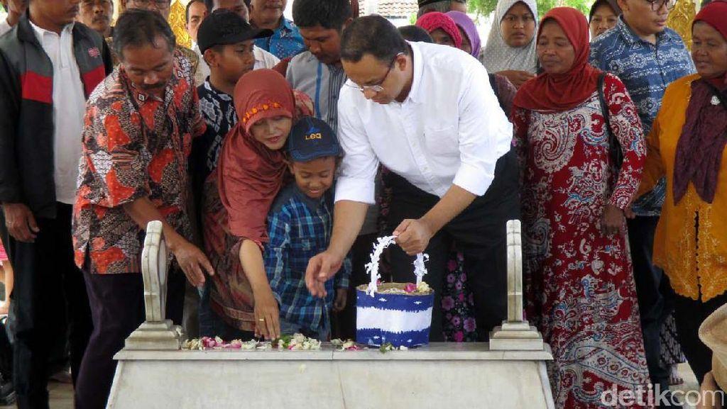 Jelang Kampanye, Anies Nyekar ke Makam Panglima Sudirman dan Ayahnya di Yogya