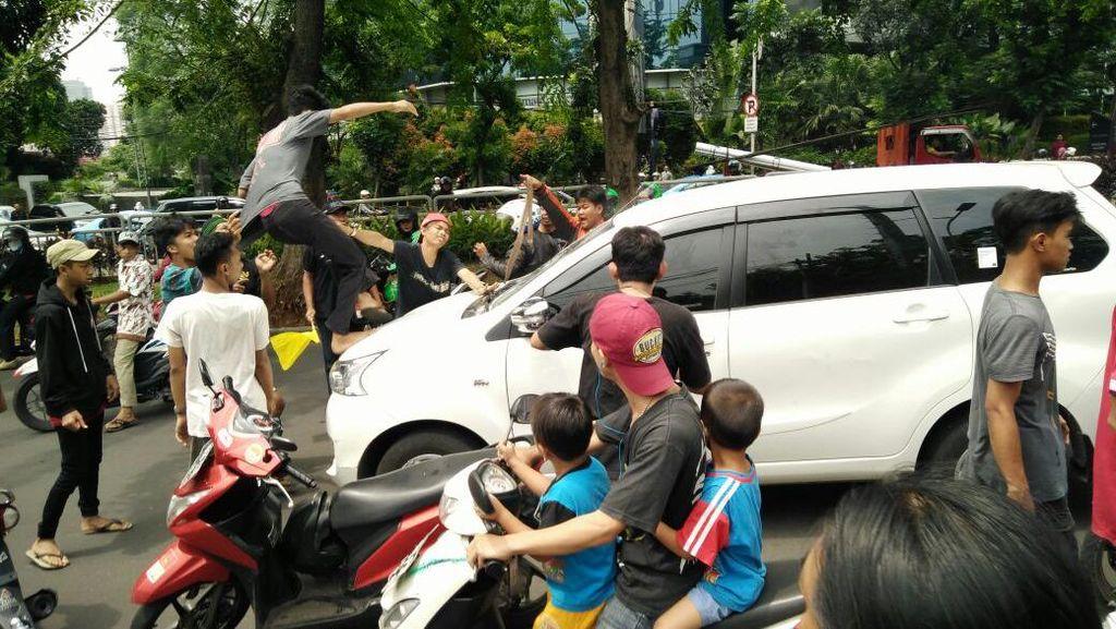 Tak Beri Jalan Rombongan Iringan Jenazah, Pengemudi Diserang di Depan Mal Kokas