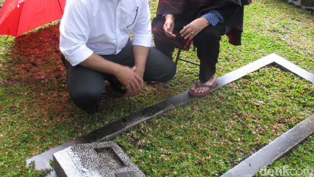 Anies Minta Restu Ibunda dan Ziarah ke Makam Ayahnya