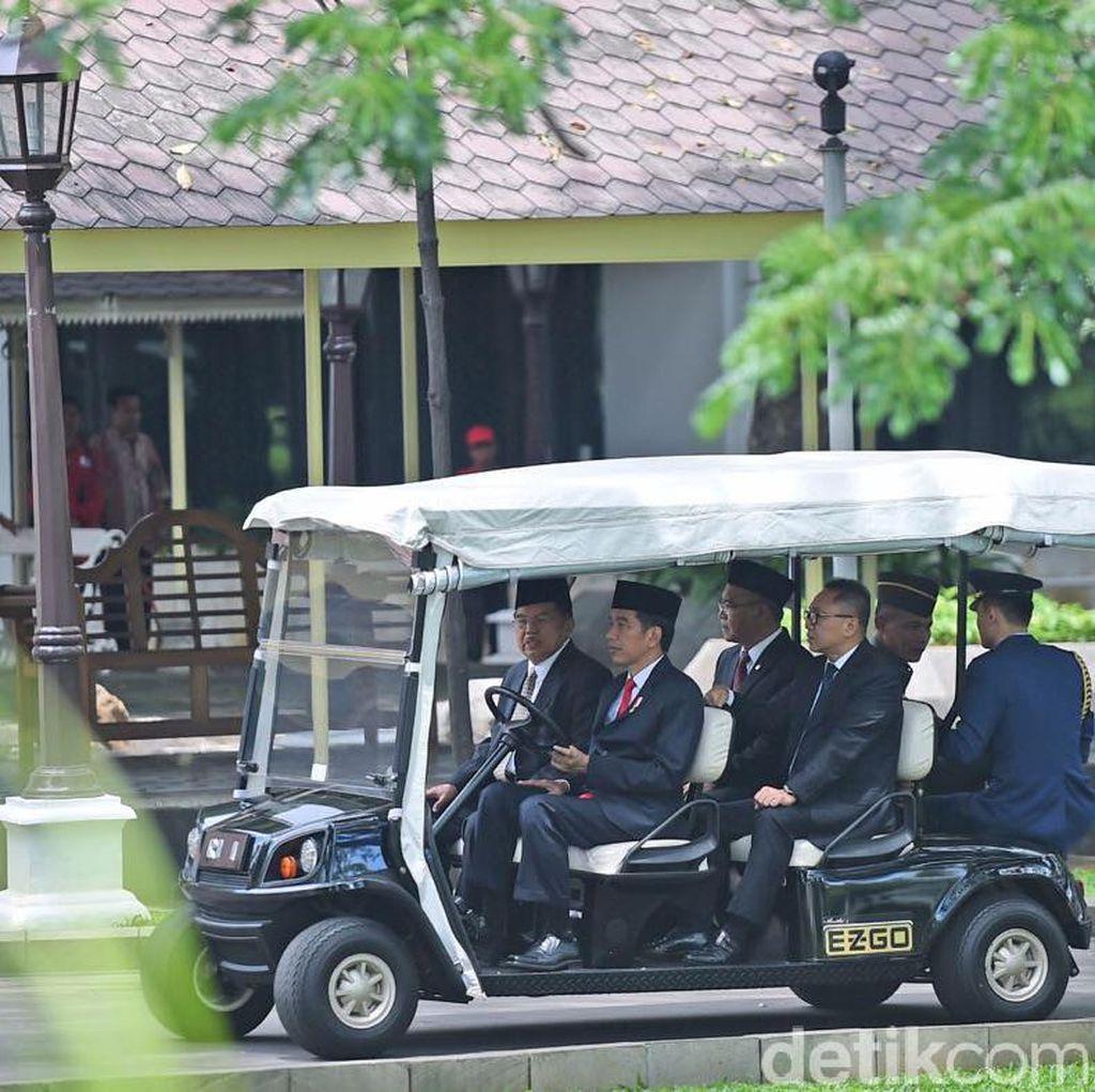Gaya Jokowi Jadi Sopir untuk JK dan Zulkifli Hasan