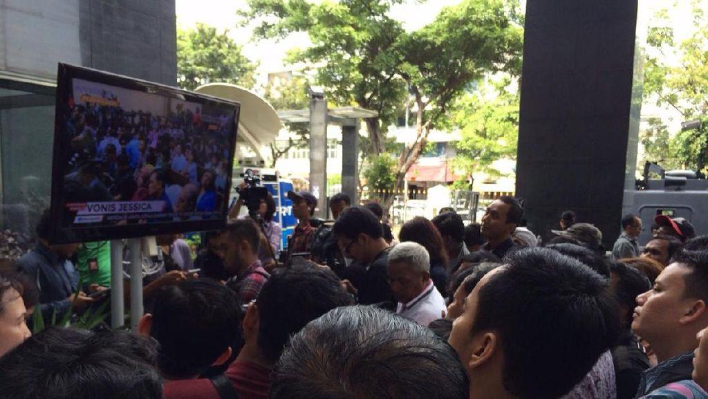 Tak Bisa Masuk Ruang Sidang, Pengunjung Pilih Nobar Sidang Jessica di PN Jakpus