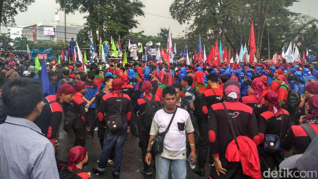 Ribuan Buruh Demo Menuntut Kenaikan UMK 2017 Sebesar 20 Persen