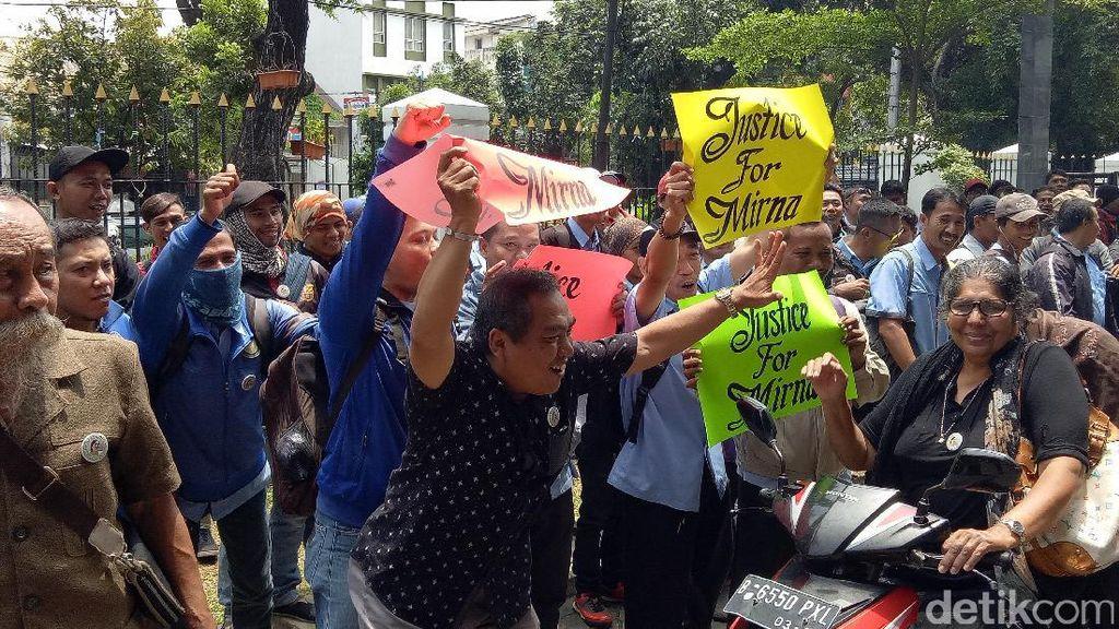 Pendukung Mirna Teriak Hukum Mati, Polisi: Kalau Masih Bersuara di Luar Saja!