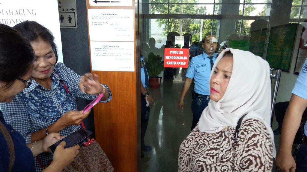 Ibu Ini Terbang dari Pekanbaru untuk Dukung Jessica: Tak Ada Bukti