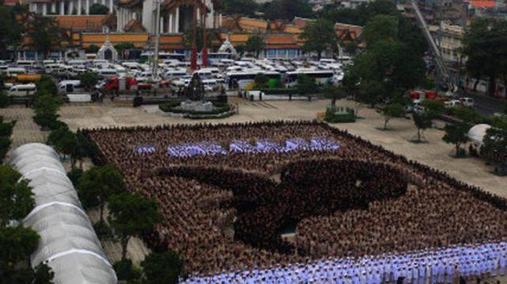 Hormati Raja Bhumibol, 3 Ribu Napi Thailand Berbaris Membentuk Angka 9