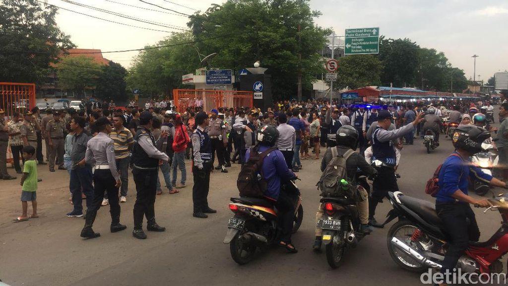 Warga Demo Saat Peresmian Drive Thru Uji Kir Pulo Gadung, Tapi Ahok Batal Datang
