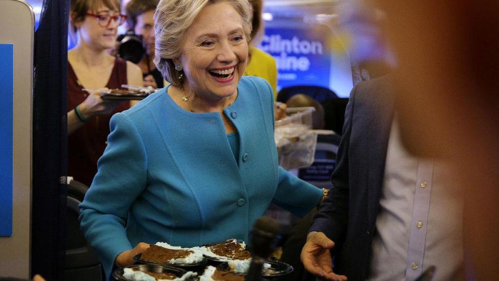 Ultah ke-69, Hillary Selamati Diri Sendiri dan Diberi Kue Gedung Putih